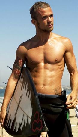 Фото Актер Кэм Жиганде / Cam Gigandet с серфинговой доской