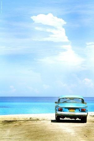 Фото Голубой автомобиль стоит на берегу моря (© ), добавлено: 23.01.2013 12:28