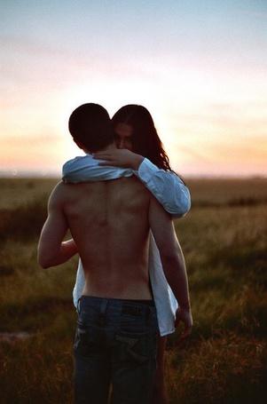 Фото Девушка обнимает мужчину на фоне неба и поляны травы (© ), добавлено: 24.01.2013 01:34