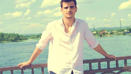 Фото Парень в белой рубашке держится руками за перила каменного моста (© Felikc), добавлено: 26.01.2013 11:46