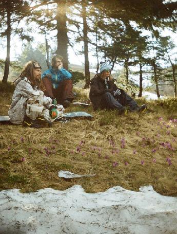 Фото Путники сидят на земле в лесу