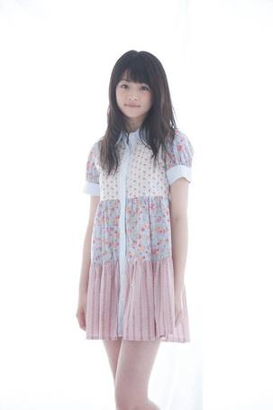 Фото Маэда Юука / Maeda Yuuka в симпатичном платье на белом фоне (© Юки-тян), добавлено: 28.01.2013 09:10