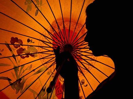 Фото Силуэт девушки с раскрытым зонтиком