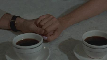 Фото Две чашки с кофе и женская и мужская рука в руке (© ), добавлено: 29.01.2013 13:26