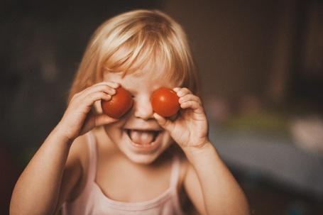 Фото Девочка закрыла глаза помидорами