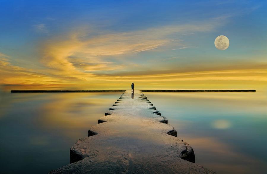 Фото Двое на пирсе на фоне неба