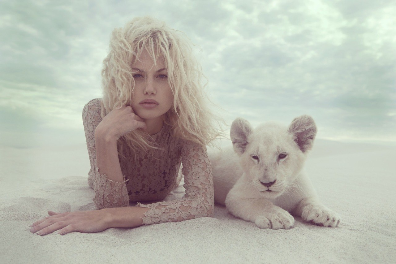 Фото девушка целует льва 4 фотография