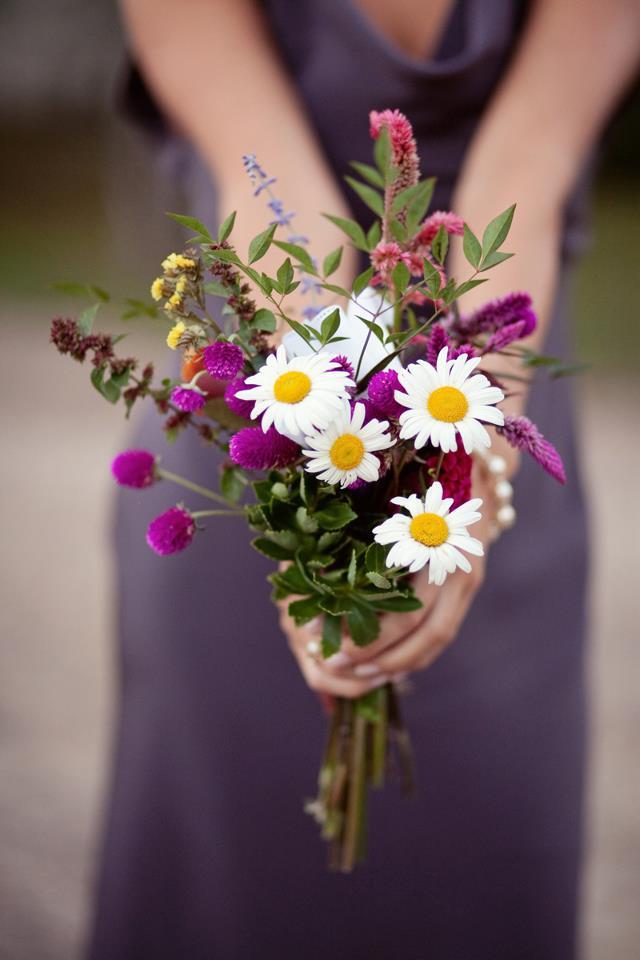 Красивые букетов цветов в руках