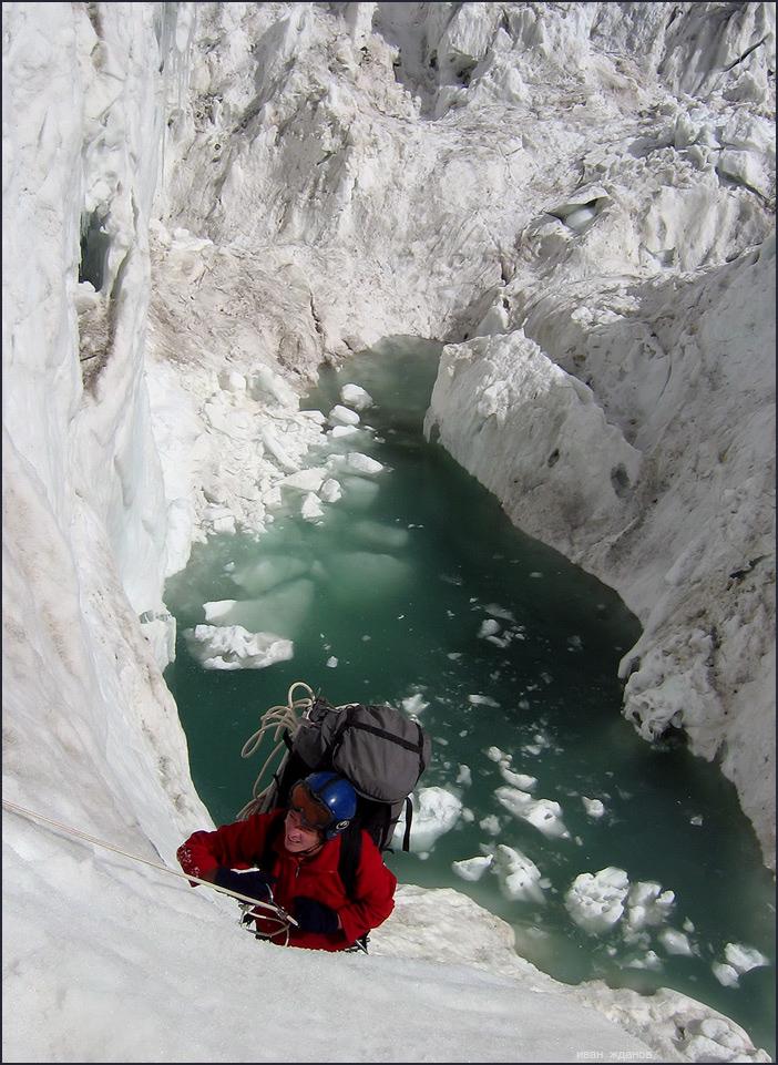 Фото Альпинист поднимается по крутому склону ледника, работа фотографа Ивана Жданова