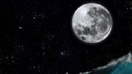 Фото Парень на серфе взлетает над волной на фоне луны и звездного неба