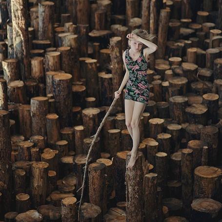 Фото Девушка стоит на бревнах с палкой в руке (© Danusha), добавлено: 01.02.2013 23:49