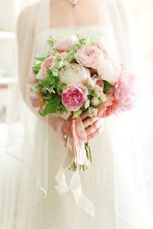 Фото Девушка в белом платье с букетом розовых пионов в руках