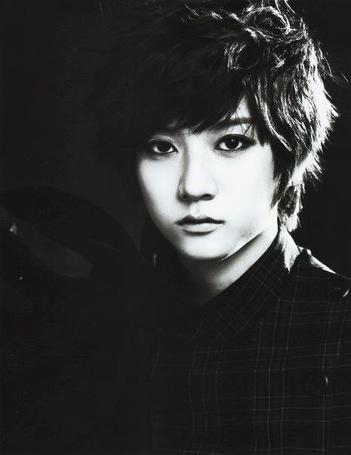 Фото Рен / Ren из корейской группы Nu'est в черной рубашке, с темными волосами