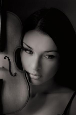 Фото Девушка со скрипкой у лица