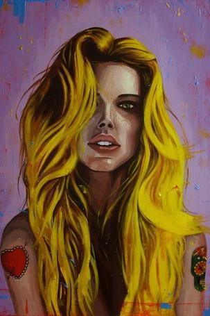 Фото Конопатая девушка с татуировками на руках