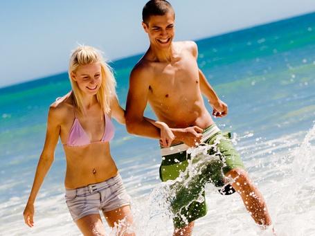Фото Парень с девушкой в брызгах прибрежной морской воды