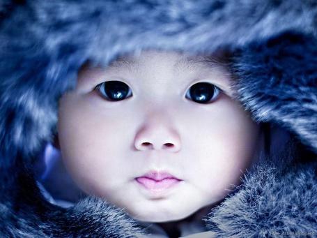 Фото Лицо маленького ребенка в меховой шапке
