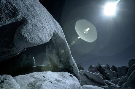 Фото Скалы освещаемые лунным светом
