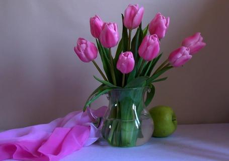 Фото Розовые тюльпаны в вазочке с водой, зеленое яблочко и платок под цвет тюльпанов