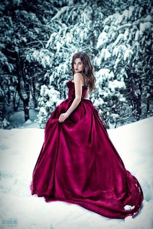 Фото Девушка в красном платье стоит на снегу, фотограф Светлана Беляева / Svetlana Belyaeva (© ), добавлено: 08.02.2013 02:37