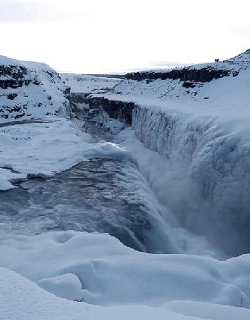 Фото Горячий источник зимой. Люди идут вдали