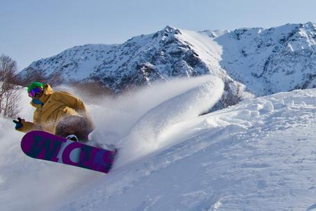 Фото Сноубордист в крутом вираже при спуске с заснеженного горного склона, полуостров Камчатка, работа фотографа Елены Сафоновой