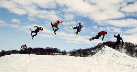 Фото Групповой прыжок сноубордистов, полуостров Камчатка, работа фотографа Сергея Маслова