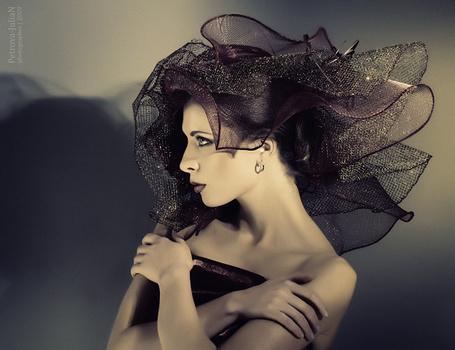 Фото Девушка в черной шляпе смотрит в сторону, фотограф Yuliya Petrova / Юлия Петрова