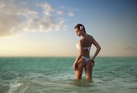 Фото Девушка стоит в белом купальнике в море, фотограф Dmitry Teiman / Дмитрий Тейман (© Banditka), добавлено: 09.02.2013 20:41