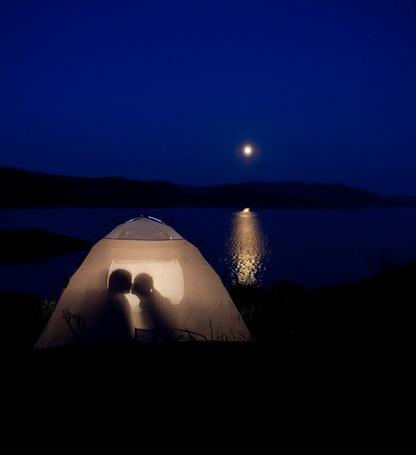 Фото Парень с девушкой целуются в палатке, фотограф  Владимир Часовских