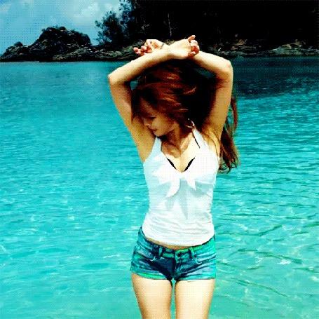 Фото Корейская певица HyunA / ХенА пританцовывает на берегу озера (Из клипа на песню Bubble Pop)