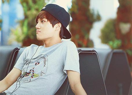 Фото Kai / Кай, участник группы EXO-K слушает музыку (© Mr. Panda Tao), добавлено: 11.02.2013 12:38