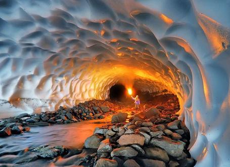 Фото Девушка освещает факелом ледяную пещеру на Камчатке, Россия (© Princessa), добавлено: 12.02.2013 06:11