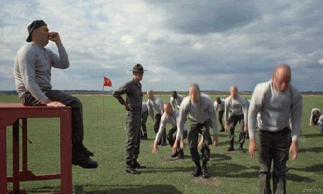 Фото Мужчины занимаются на открытом поле из фильма 'Цельнометаллическая оболочка' / 'Full Metal Jacket'