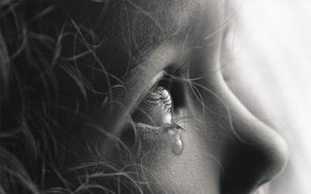 Фото Девочка со слезой под глазом