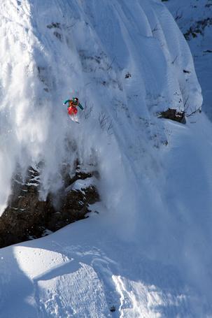 Фото Горнолыжник совершает головокружительный прыжок с крутого снежного спуска, работа фотографа Евгения Васенева