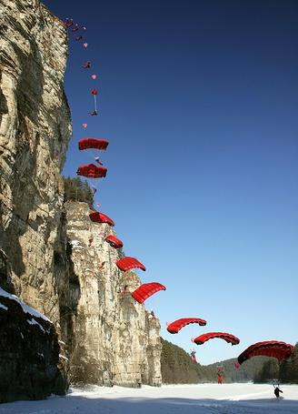 Фото Групповой прыжок бейсеров с крутой скалы, работа фотографа Алексея Хляпова