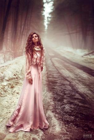 Фото Девушка в нежно-розовом длинном платье стоит около снежной дороги, фотограф Светлана Беляева / Svetlana Belyaeva