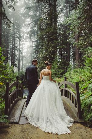 Фото Двое молодоженов переходят деревянный мостик в лесу