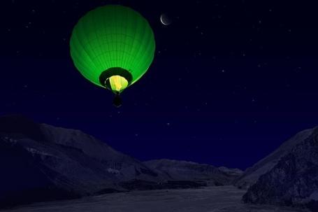 Фото Зеленый воздушный шар на фоне ночного неба