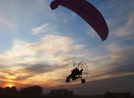 Фото Полет на параплане на закате солнца