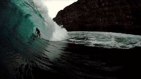 Фото Серфингист на волне , возле горного берега
