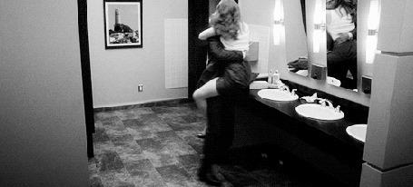 Фото Jackson Avery / Джексон Эйвери несет повисшую на нем April Kepner / Эйприл Кепнер в комнату из фильма 'Let the Bad Times Roll'