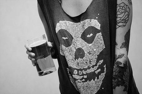 Фото Парень со стаканом сока в руках и футболке с логотипом группы 'misfits'