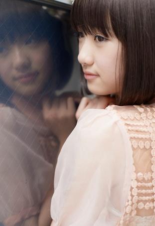 Фото Кудо Харука / Kudo Haruka в розовом платье возле окна, в котором видно ее отражение