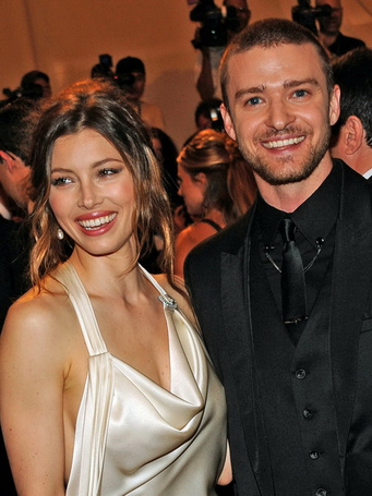 Фото Джастин Тимберлейк / Justin Timberlake и Джессика Бил / Jessica Biel улыбаясь, позируют вместе фоторепортерам (© Akela), добавлено: 27.02.2013 18:52