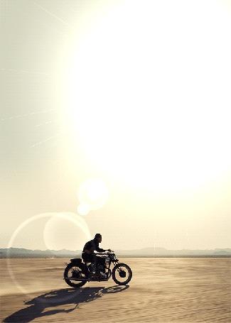 Фото Rodiney Santiago едет на мотоцикле по пустыне