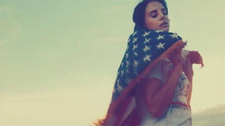 Фото Певица Лана Дель Рей / Lana Del Rey с американским флагом на плечах