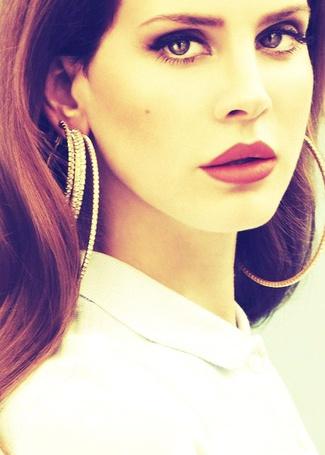 Фото Лана Дель Рей  / Lana Del Rey с большими сережками в виде колец