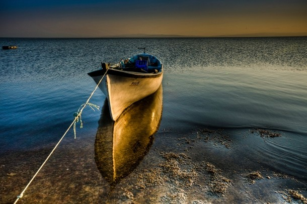 вдоль побережья лодке